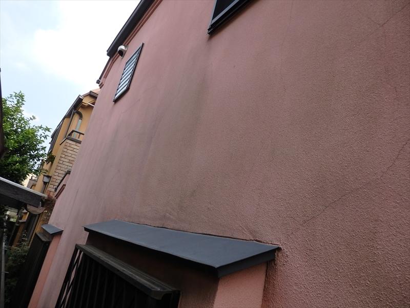 外壁には汚れが多く見られる他、ヒビがいくつかも入っていました。