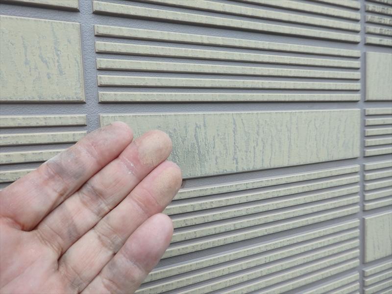 外壁部分は表面が劣化して、手に塗料の色がつくコーキングが始まっています。