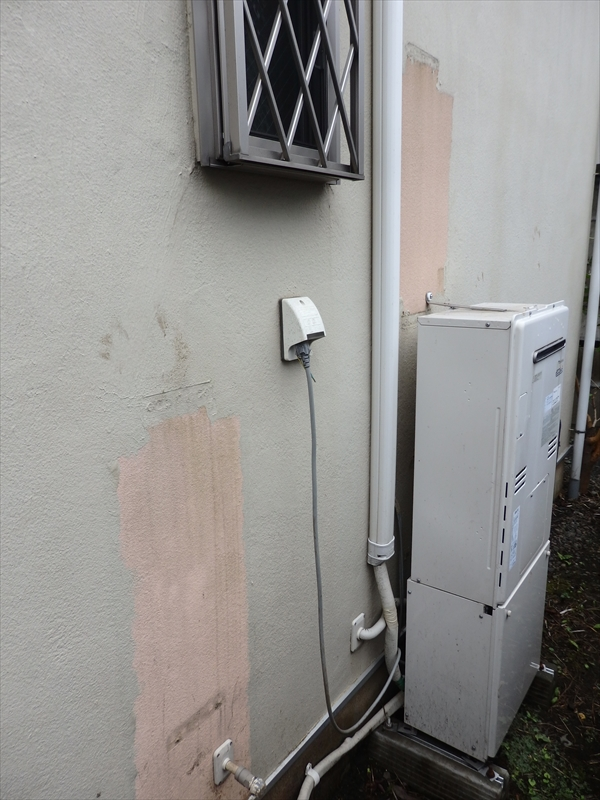 1回目の塗装後にガス器具等の交換があったのか、一部塗装されていない場所がありました。