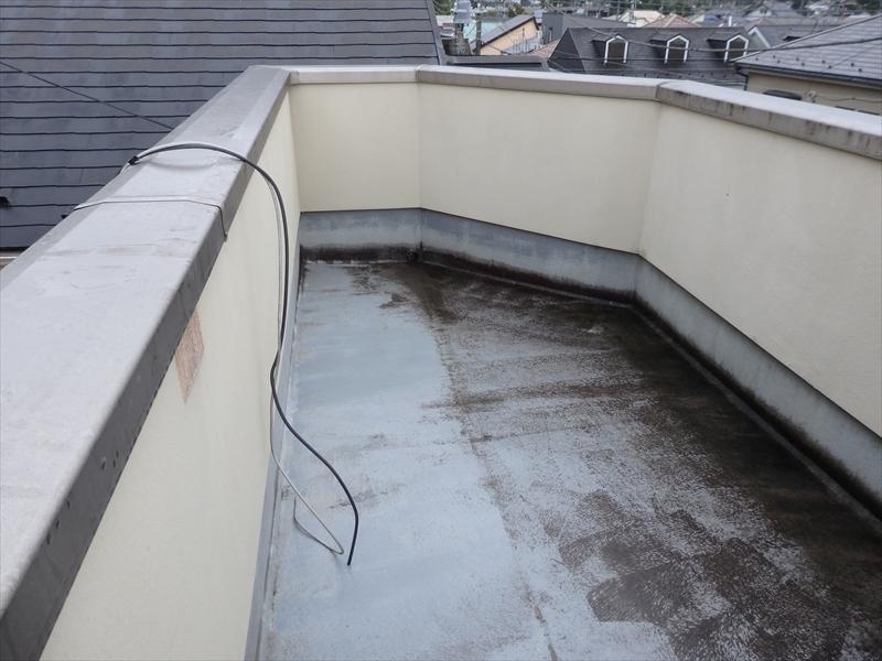 屋上のベランダ部分は汚れが目立っています。