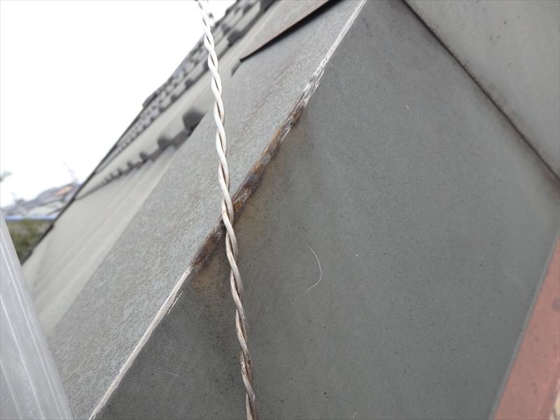 屋根にアンテナを固定している針金が一番端の屋根にこすれることでサビが発生していました。