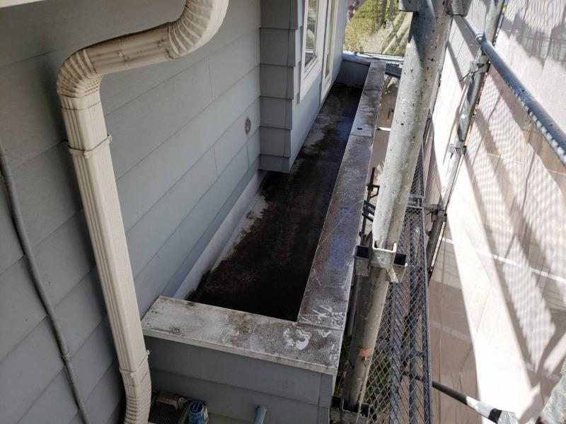 人の出入りのない飾りのスペース部分はかなり土汚れが溜まっています。
