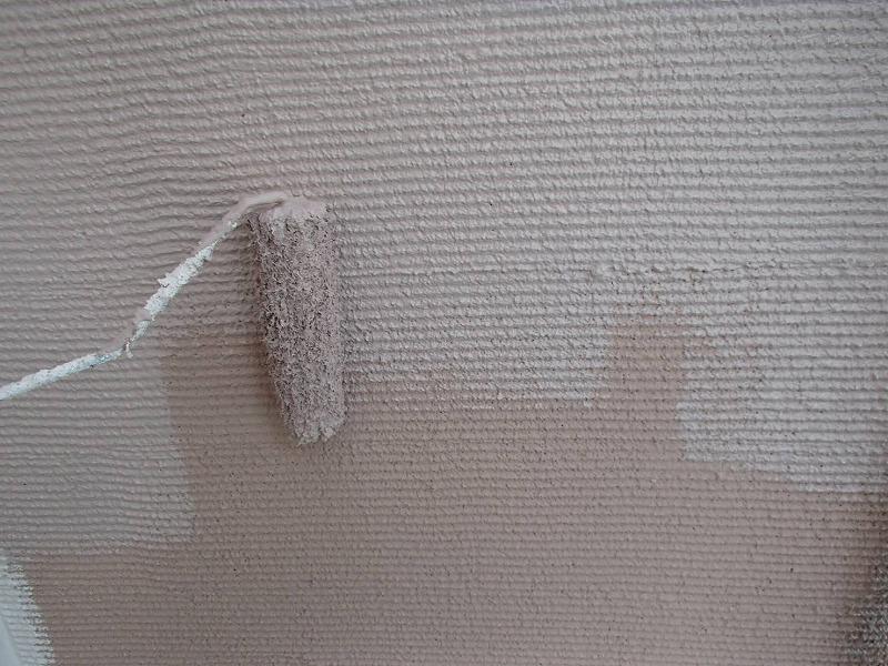外壁の上塗りをしています。くしびきという模様に合わせて、凸凹部分もしっかりと塗っていきます。