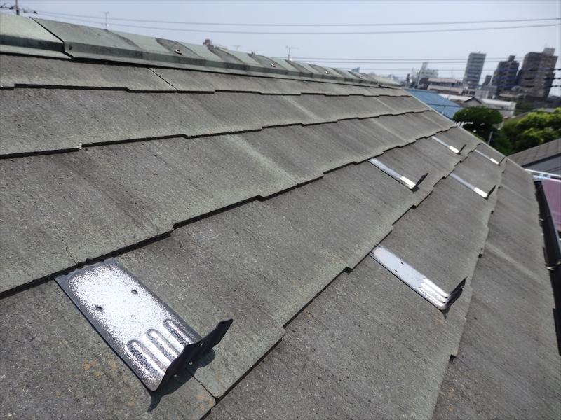 通常、雪止めは屋根の下側に付けますが、屋根の面積が狭いため、屋根の上の方に付いているように見えます。