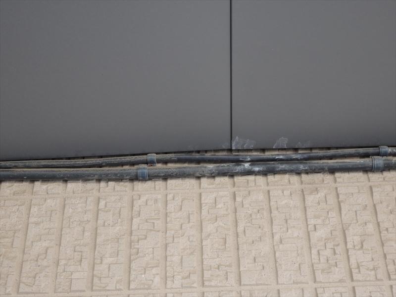 軒裏近くの配管部分に白い汚れがついています。