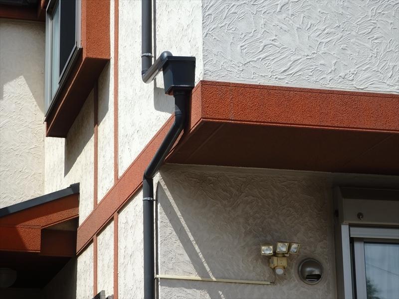 出窓の下や軒下は日光が当たる機会が少ないため、どうしても他の部分よりも汚れています。
