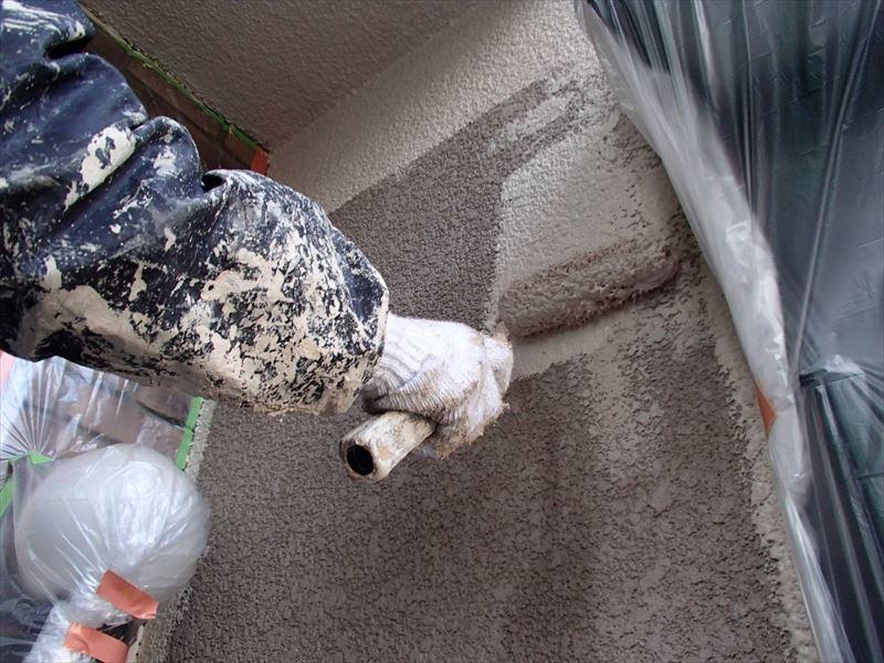 外壁の中塗りをしています。汚れて困るところはしっかりと養生しました。