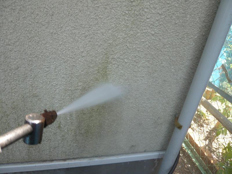 外壁の汚れをどんどん落とします。