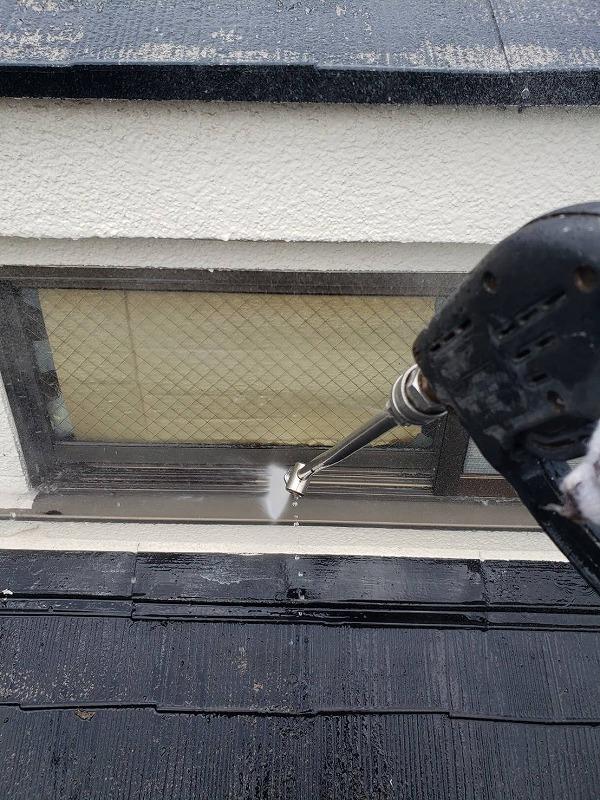 こちらは窓枠部分の洗浄。
