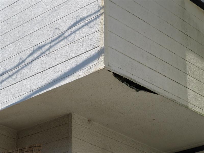 ベランダの軒裏が雨漏りが原因で垂れ下がっています。