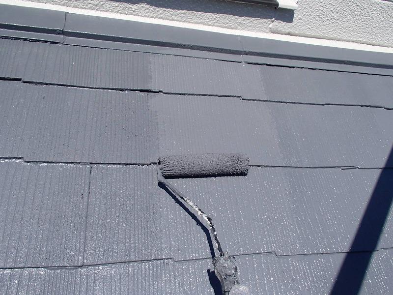 続いて屋根の上塗り作業です。しっかりと丁寧に塗装しています。