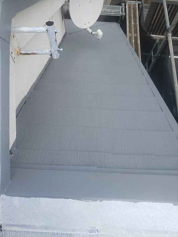 遮熱効果の高い塗料で屋根の中塗りを開始しました。