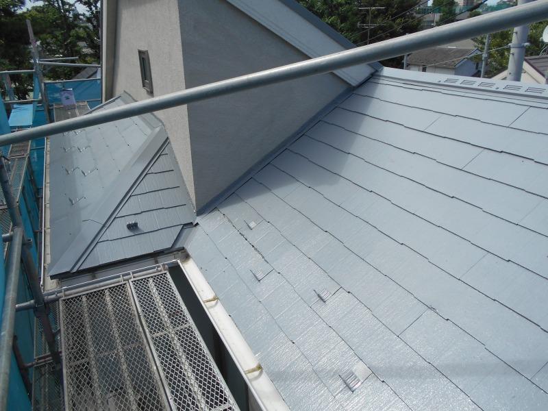 屋根が中塗りまで完了しました。