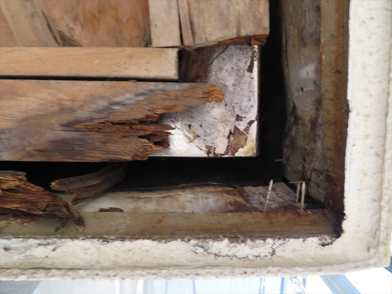 柱の木材が雨水がしみて腐りかけていました。