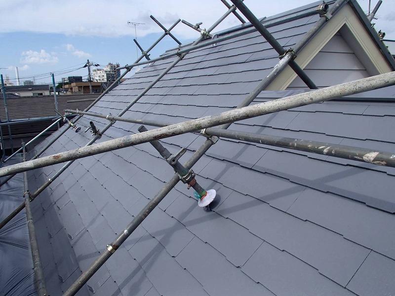 T様邸は屋根の傾斜がきついので、職人の体を支える屋根足場がついています。
