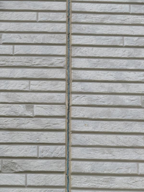 左右の外壁部分にしっかりとくっついていますが、真ん中が完全に裂けています。