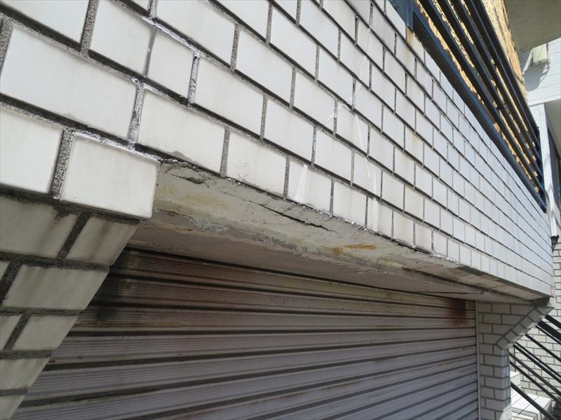 駐車場部分の軒裏もはがれて落ちそうになっている部分があります。