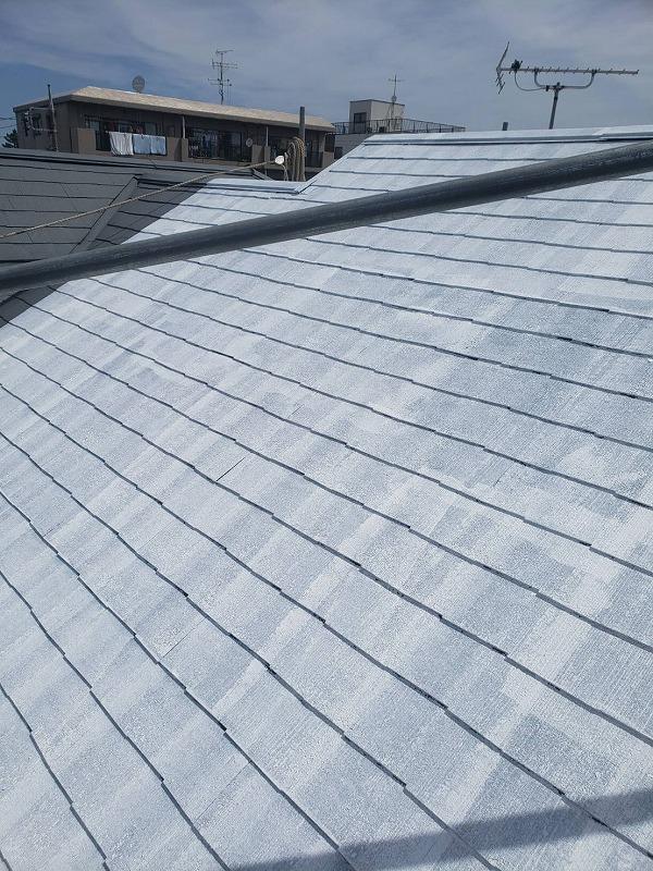 屋根の下塗りが出来上がりました。もちろん塗装するのはお隣との境目まで。
