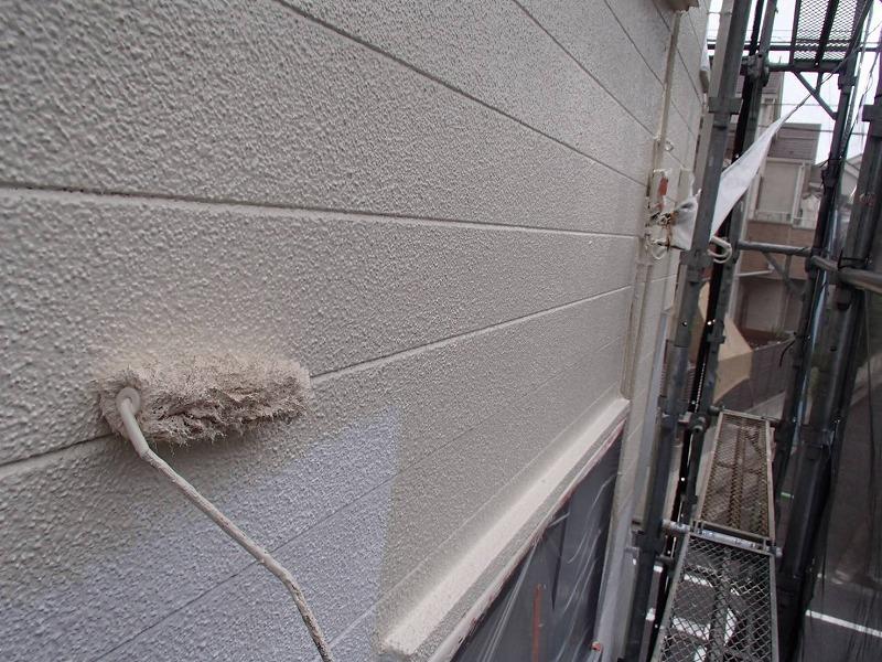 モルタルですが、サイディングのような溝がつけられており、溝もしっかりと塗装しました。