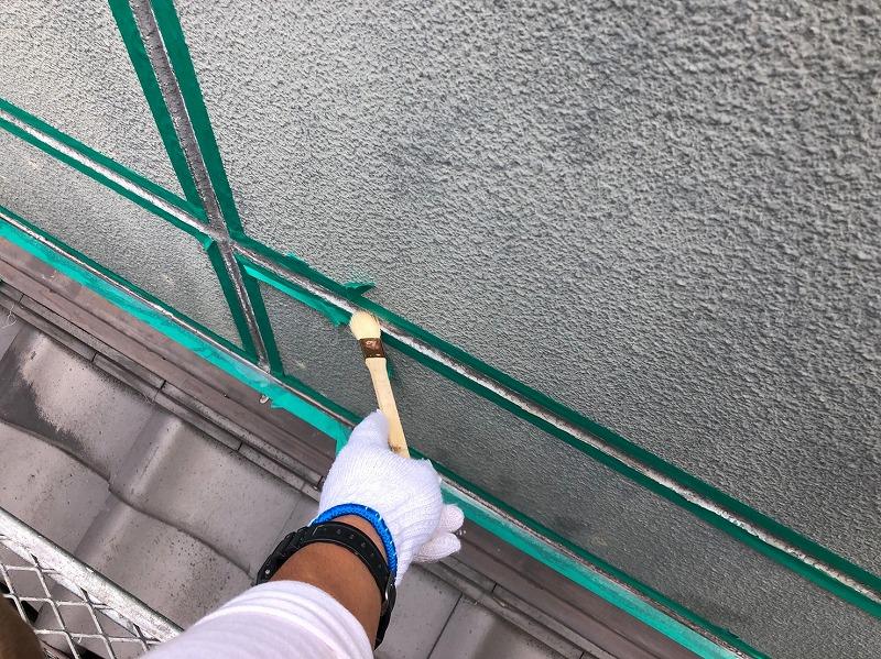 外壁の目地部分に下地材を塗装しています。