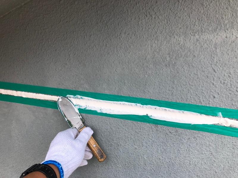 下地材の塗装が終わったら、コーキング材を入れて平らにならします。