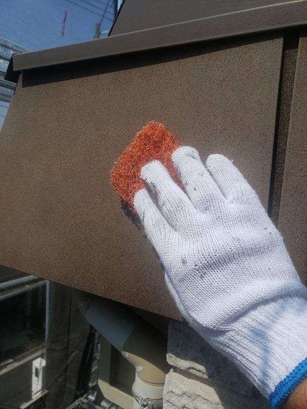 汚れの目立つ破風板部分はケレン作業で汚れを落とします。