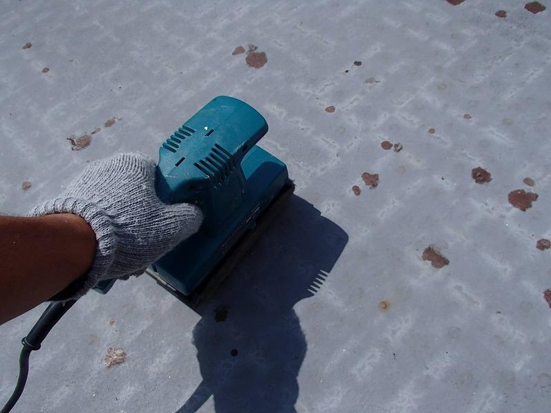 ベランダを塗装するため、まずは表面の古い塗装を削り落とします。