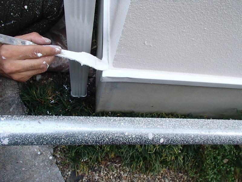 基礎の水切り部分も塗装しています。