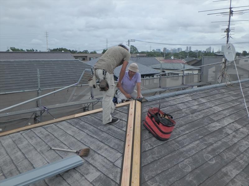 屋根の棟板金を交換しています。