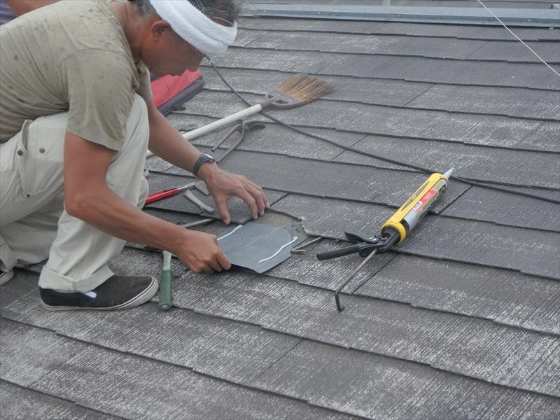 棟板金工事のついでに、割れの大きな瓦の下に余った板金を差し込んで、補修しています。