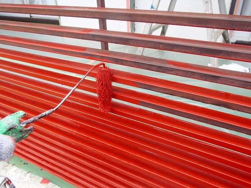 鉄部はきれいにサビを削った後に、錆止め剤を塗装しています。