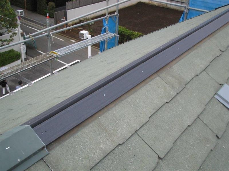 貫板は腐りやすい木材から腐らない樹脂製へと変更しました。