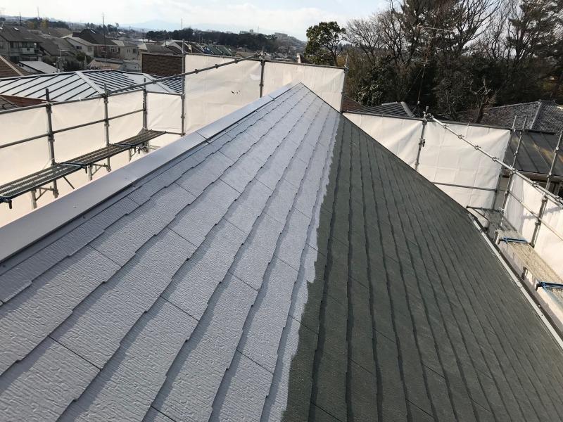 屋根のてっぺん部分から、中塗りをしています。