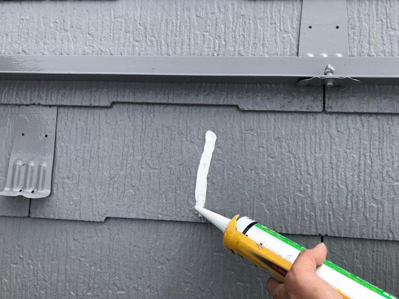 塗料では埋まりきらないヒビを補修しています。