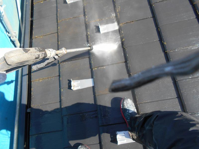 屋根の高圧洗浄を行っています。