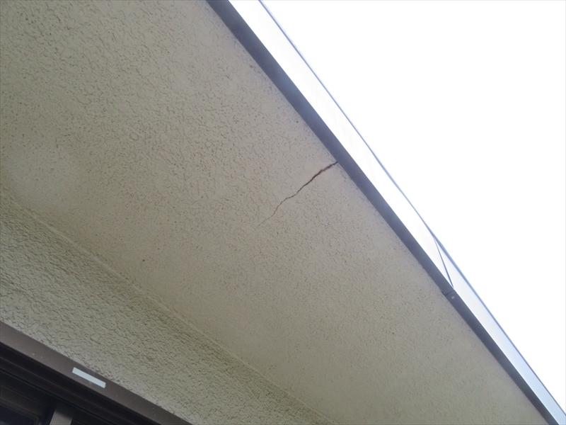 ベランダの軒裏部分にヒビが入っています。
