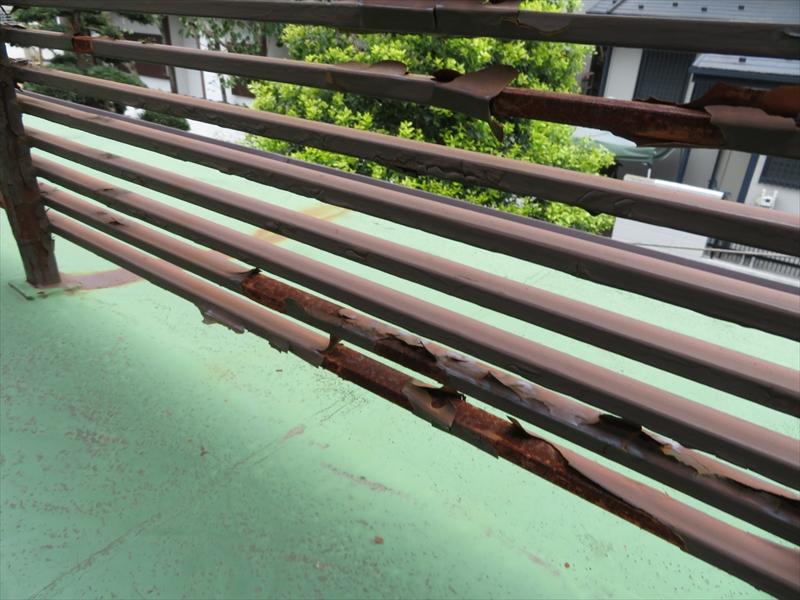 ベランダの塗装がはがれてサビが出ていました。