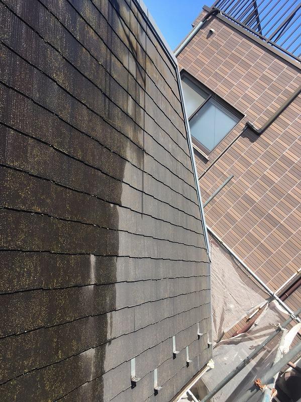 屋根がきれいに洗浄されていきます。
