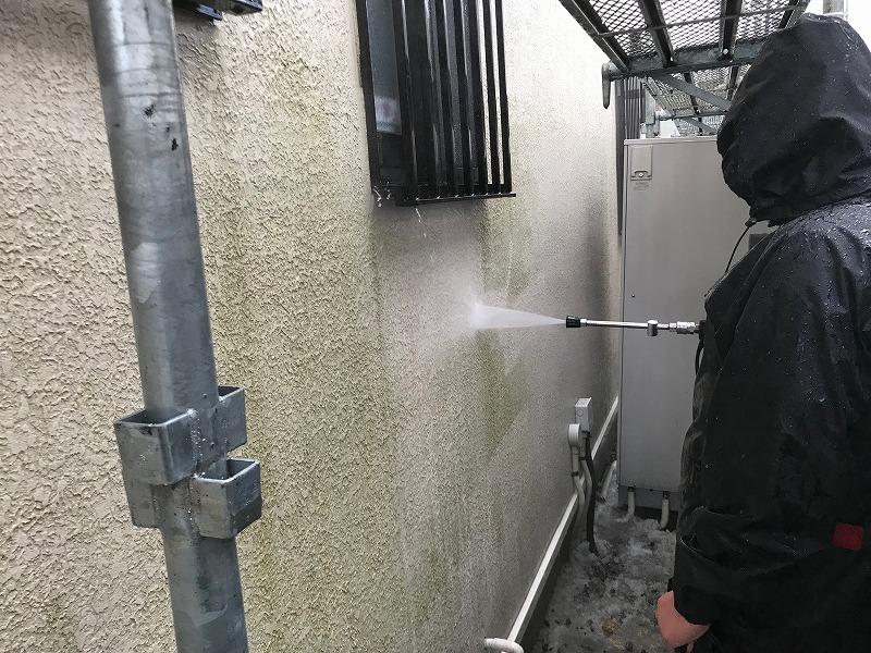 高圧洗浄で壁の汚れを落としていきます。