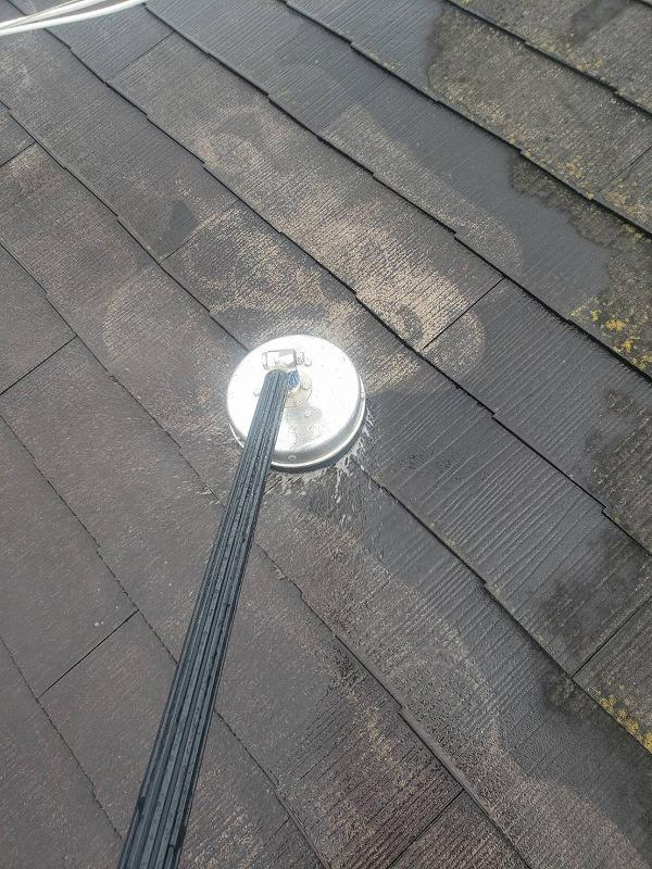 サーフェスクリーナーを使用して屋根全体をきれいにします。