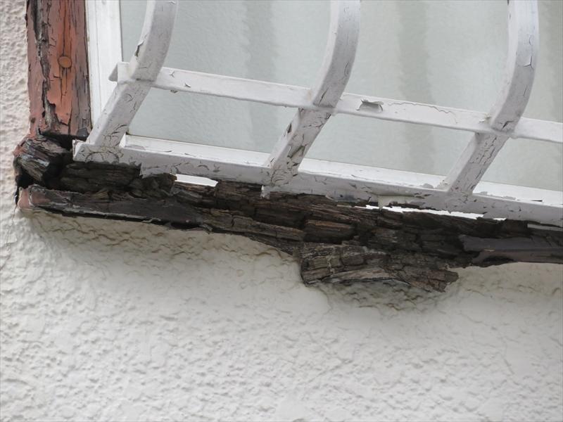 窓の木枠はボロボロに腐っていました。