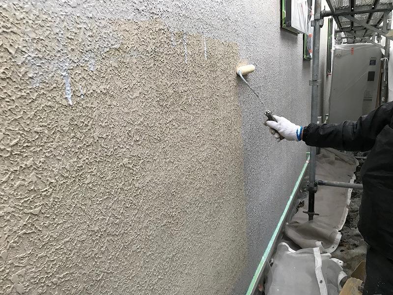 外壁の下塗りを行いました。