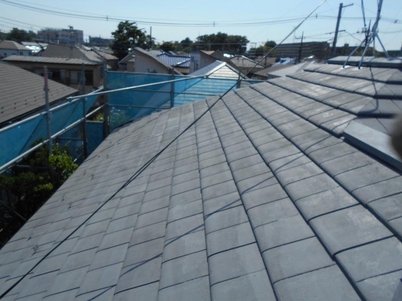 屋根の中塗りが完成しました。雪止めも塗装したので、目立たなくなりました。