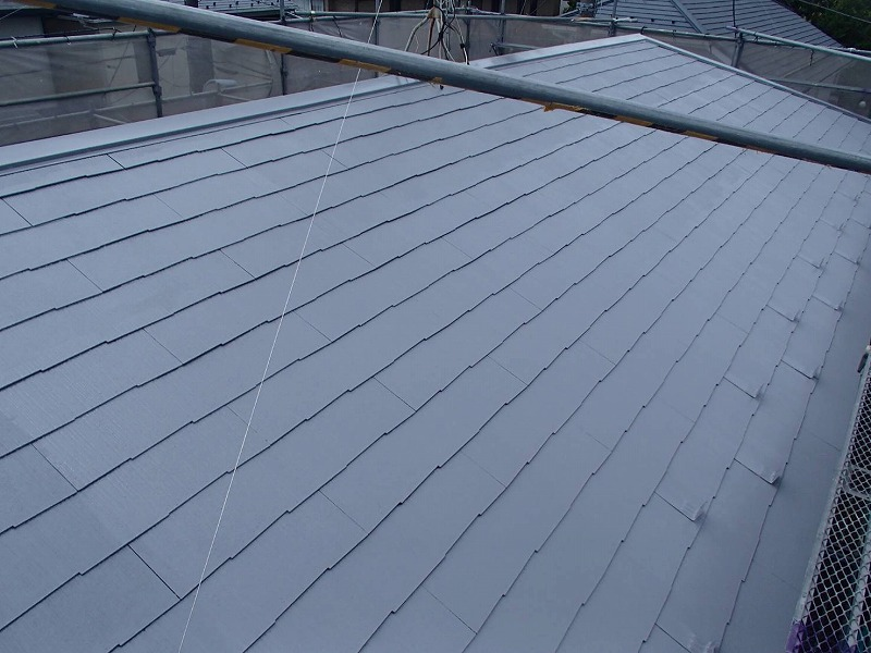 屋根の中塗りが完了しました。