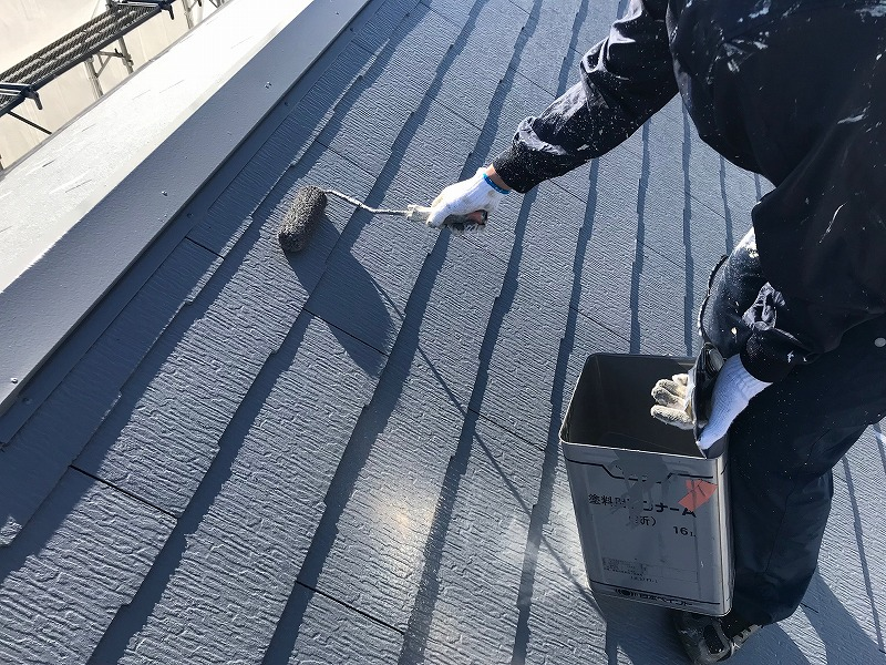屋根の上塗りを行いました。こちらも上から下へと塗装しています。