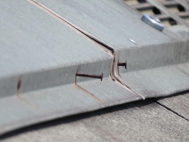 屋根の棟板金を止めている釘が浮いていました。