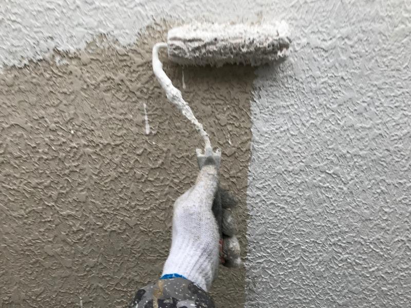 外壁の中塗りをしています。色むらができないようにしっかりと塗装します。