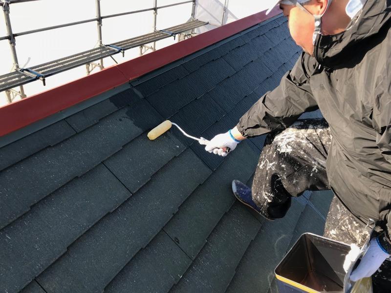 屋根の下塗りをスタートしました。丁寧に塗装していきます。