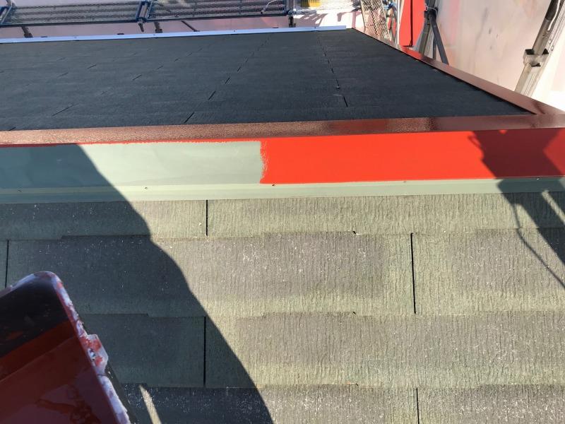 棟板金に錆止めの塗料を塗装しています。