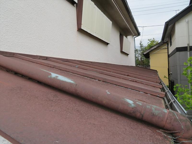トタン屋根の塗装が所々はがれています。